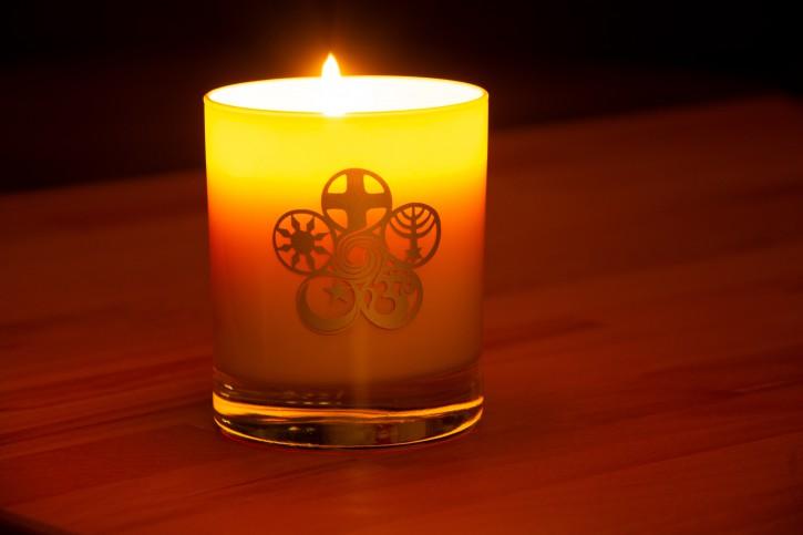 Kerze im Glas mit dem Symbol der 5 Weltreligionen veredelt